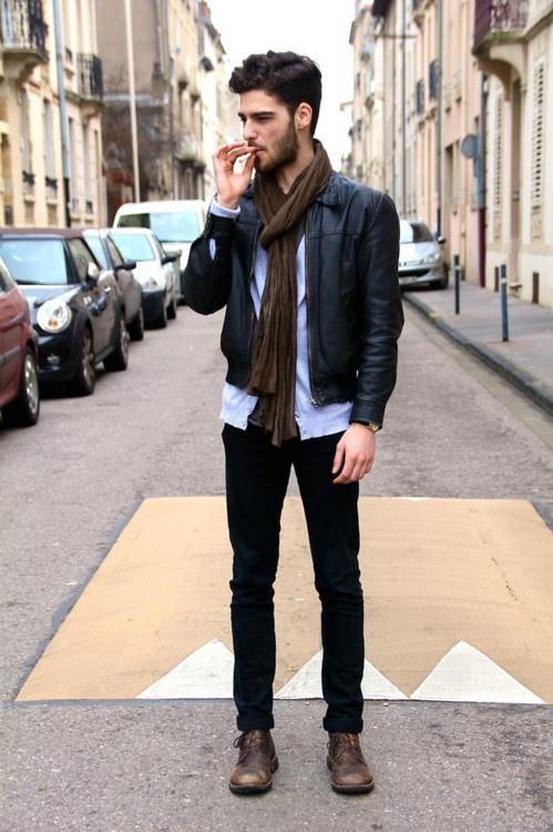 Una chamarra de piel es indispensable, y si, los hombres también pueden usar bufandas.