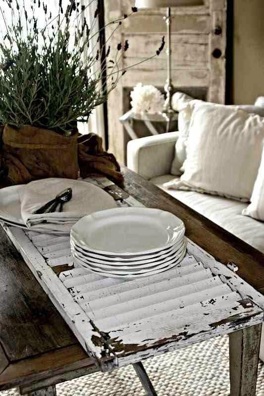 Oryginalna taca ze starych drzwiczek od szafki, drewniany stół,