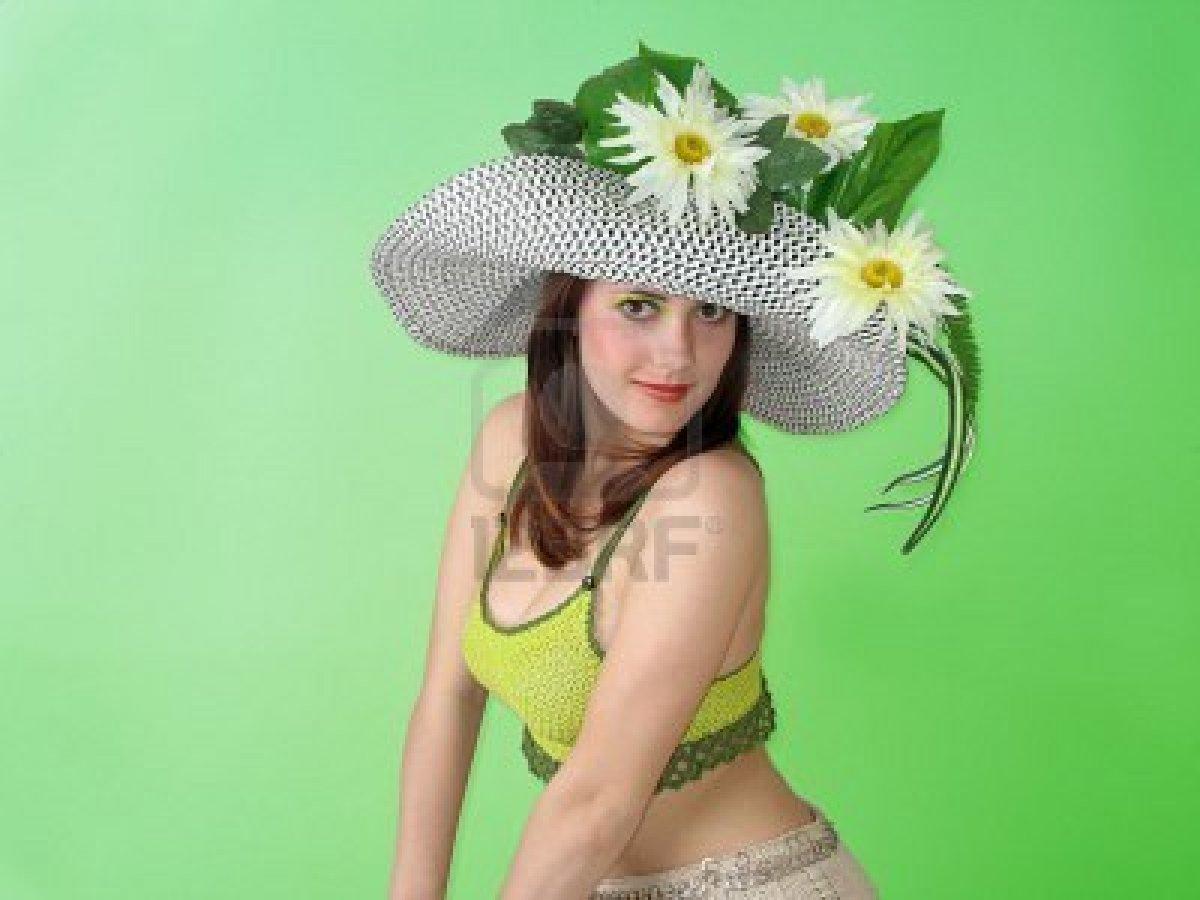 Фото женщина в шляпе из цветов
