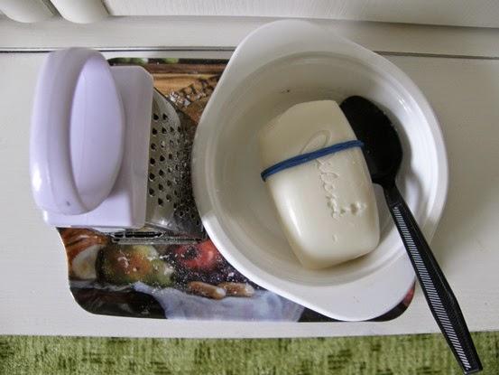 mýdlo, struhadlo, miska a lžíce připravené na tácku