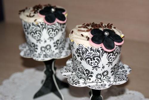 Stand con cupcake blanca y negra