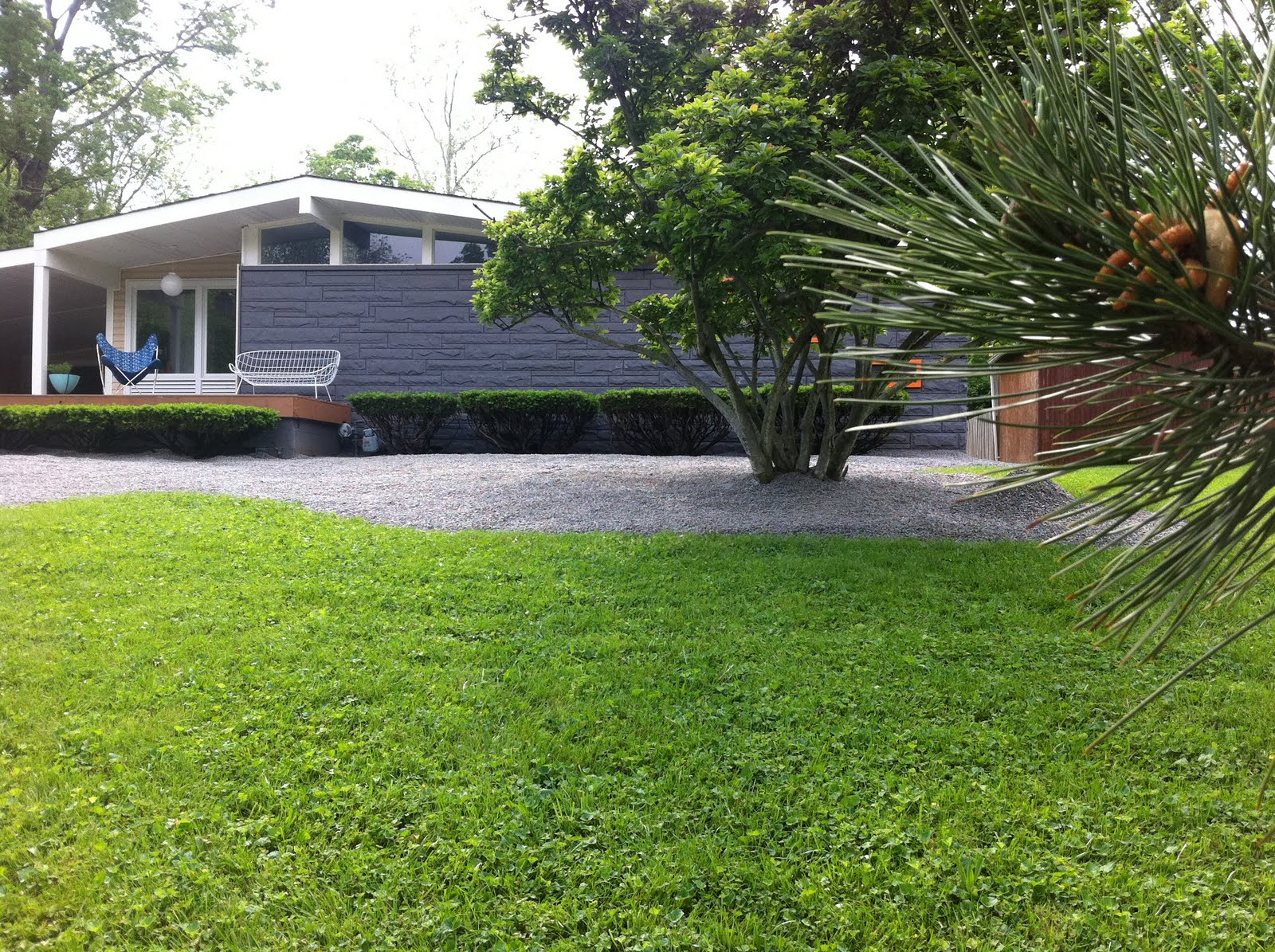Mid century modern landscaping livemodern your best for Modern house landscaping