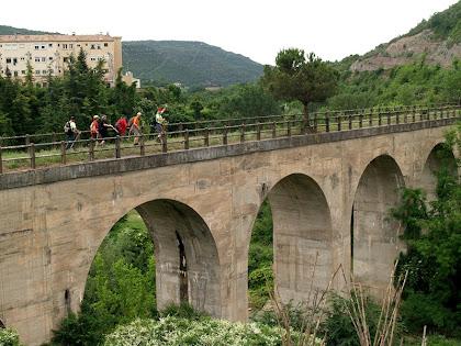 El pont del carrilet sobre la riera de Clarà