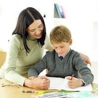 gambar orang tua yang lagi mengajar anaknya