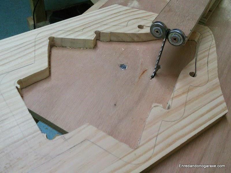 Vaciar el interior del árbol de navidad de madera. Enredandonogaraxe.com
