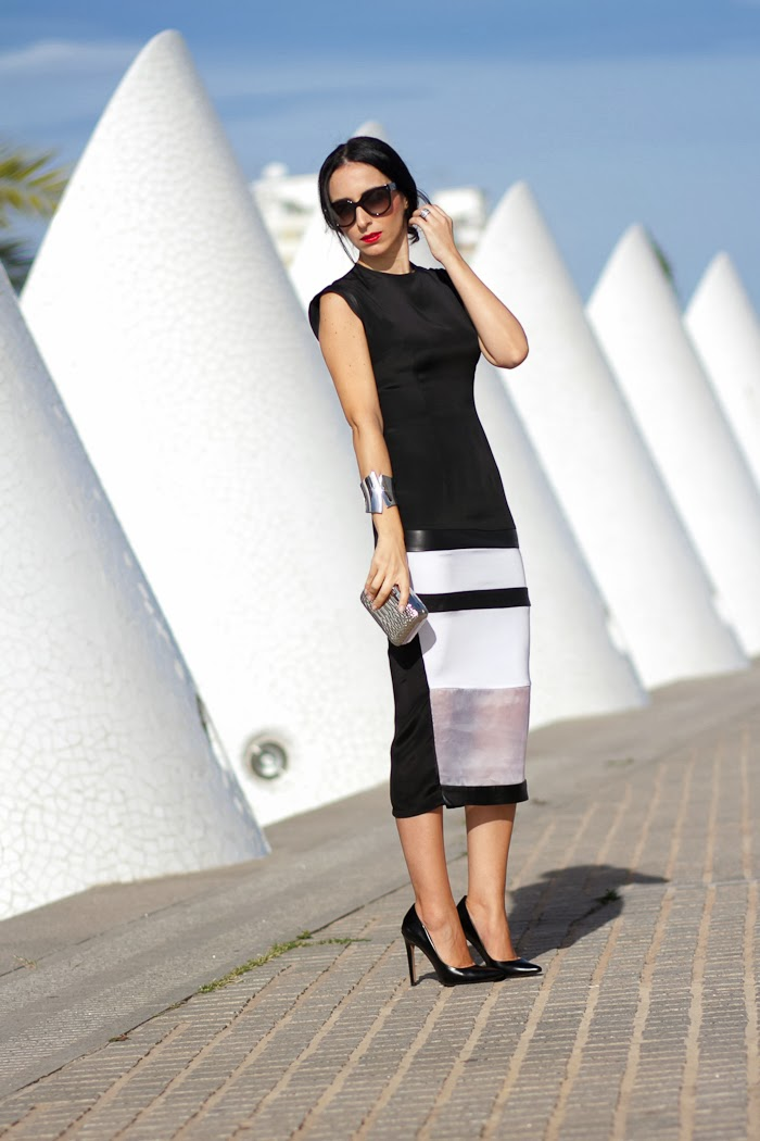 Spanish blogger Withorwithoutshoes in a Black & White CHRISTINE & CHRISTOPHE Dress