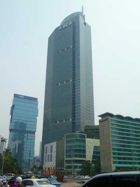 La Menara BCA es muy grande