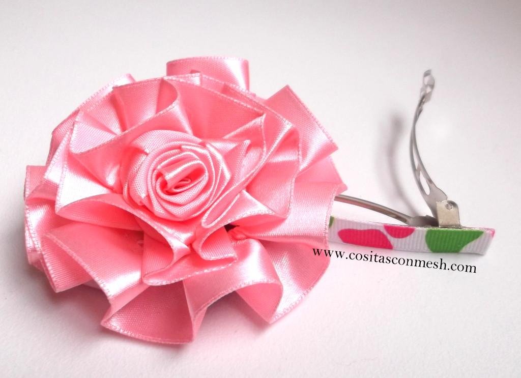 Usa este bonito adorno con forma de flor y coselos en donas,coleteros,diademas,ganchitos de pelo etc,. Adornos para el cabello de niñas