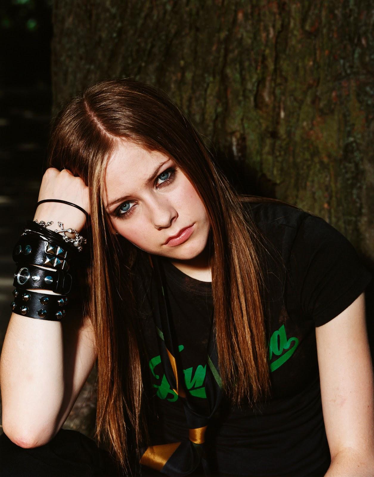 http://1.bp.blogspot.com/-wPUtt5atVqE/UGSoHyiG-wI/AAAAAAAALBo/OYztvZ3_IoA/s1600/Avril-Lavigne-Photoshoot-010-Danielle-Levitt-2002-anichu90-18512440-2008-2560.jpg
