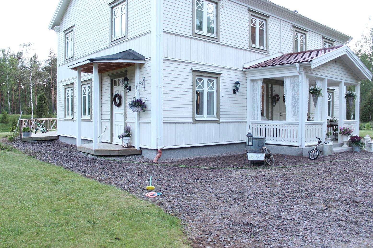 Claras hem pÅ byvÄgen : på baksidan av vårt hus