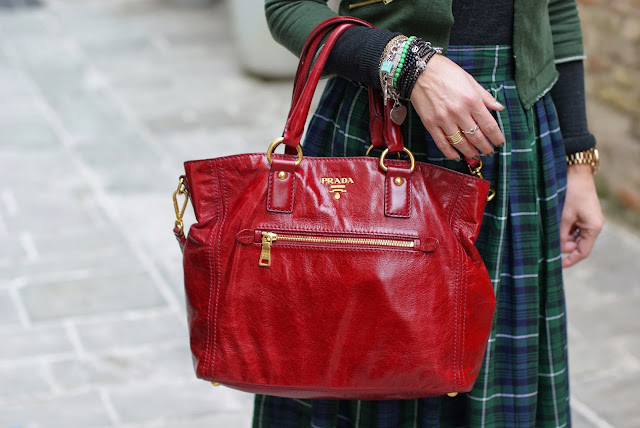 Prada red tote, borsa rossa Prada, BVLGARI ring, Fashion and Cookies, fashion blogger