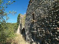 La banda de migdia del conjunt de Sant Andreu on podem apreciar els contraforts del mur de la rectoria i un mur corresponent a l'església