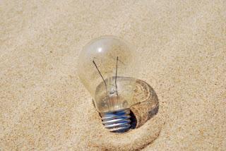kreatív ötlet a homokban hever