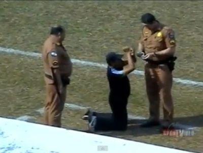 Entrenador pidió ser esposado en pleno partido (video)