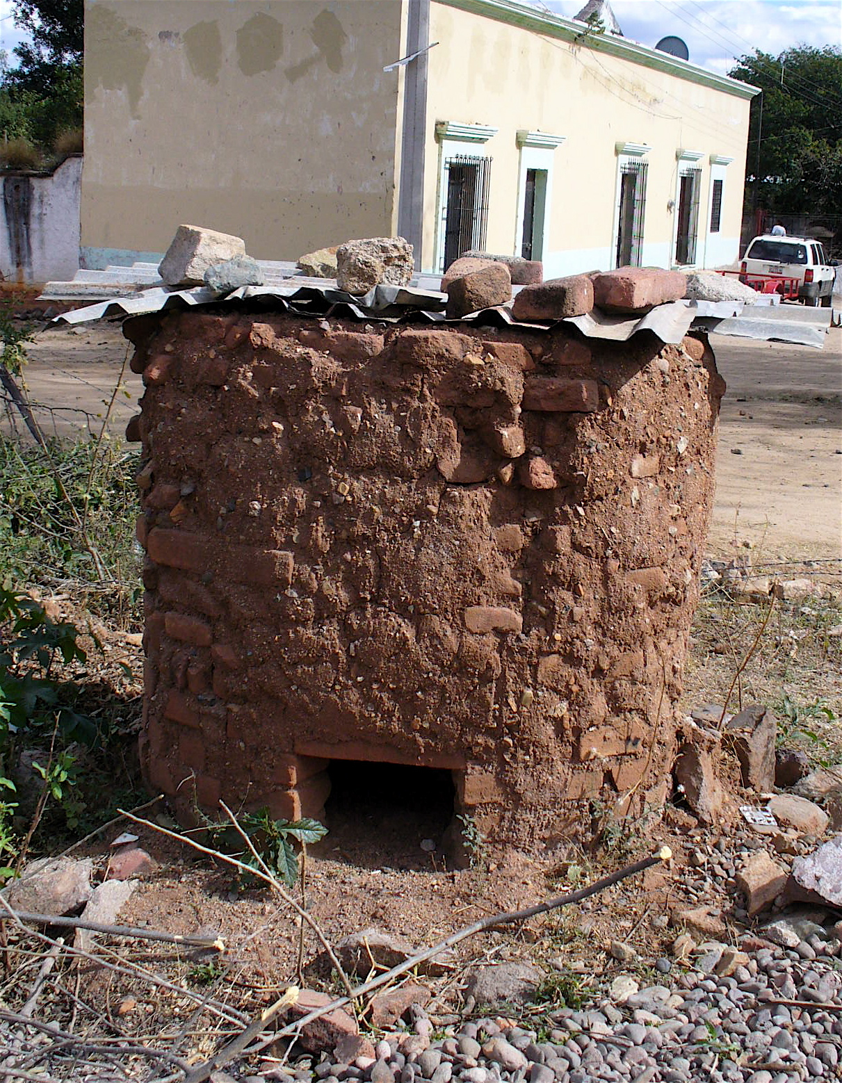 In the nearby town of La Aduana we ran across this small kiln...
