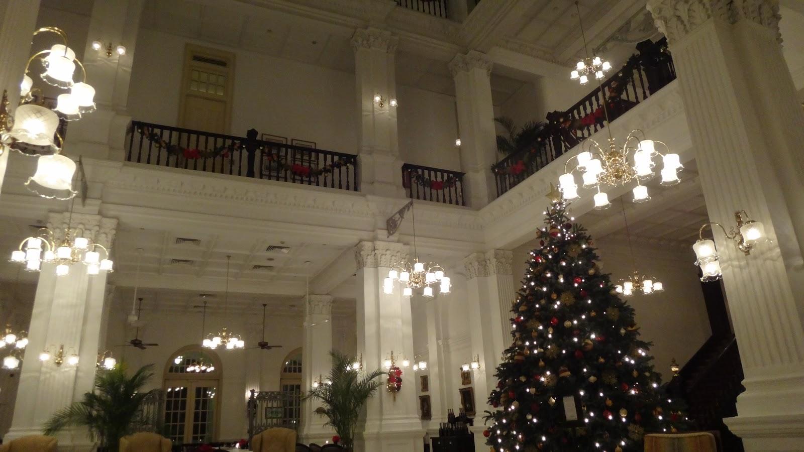 Холл старейшего отеля - Raffles