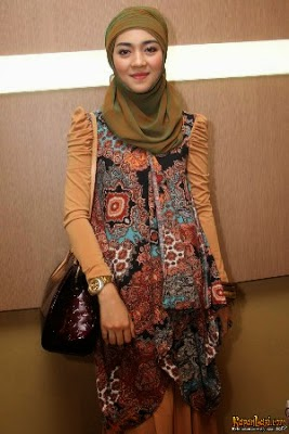 model baju pesta artis berjilbab nuri-maulida
