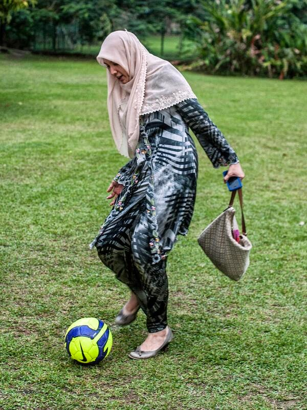 Gaya Klasik Nurul Izzah Menendang Bola Dimuatnaikkan Ke Twitter Like Mother Like Daughter