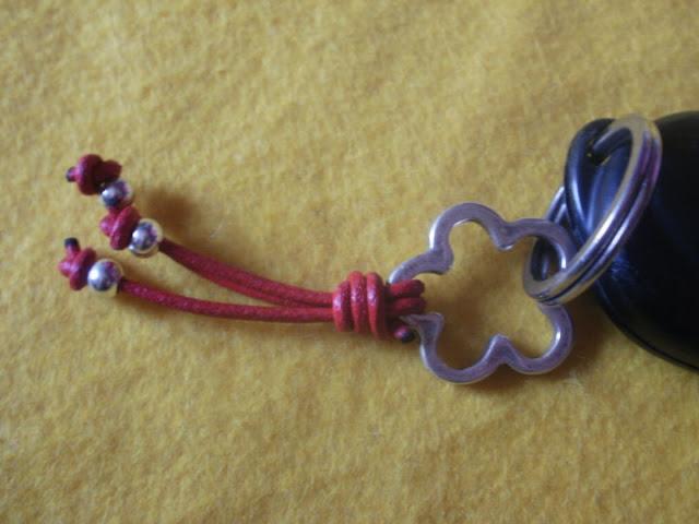 llavero de cuero con flor de zamak color rojo