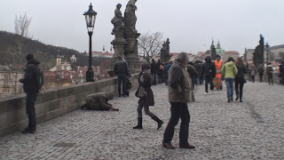 Mendigo en Praga Puente Carlos