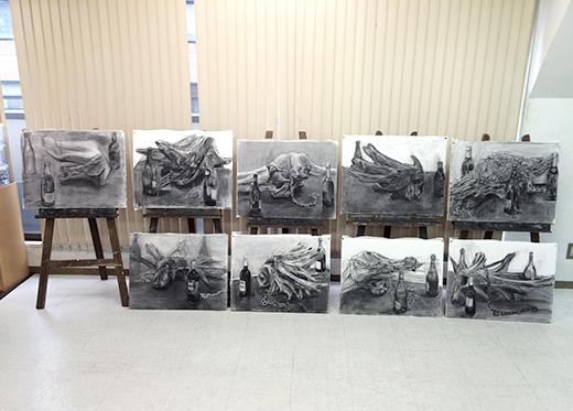 横浜美術学院の中学生教室 美術クラブ 手で描く!指で描く!「木炭デッサン」 制作終了後の講評会の様子