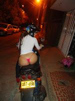 mujer en tanga en la moto