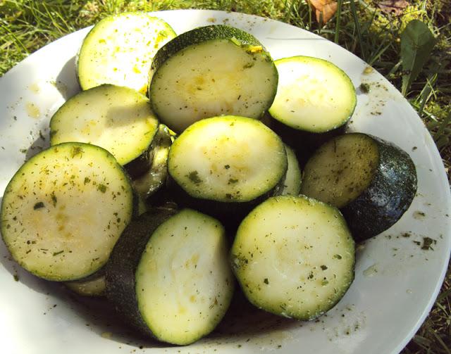 Prosty przepis na cukinię z grilla marynowaną w sosie sałatkowym