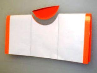 Membuat Lubang pada dompet kertas untuk menyelipkan kartu nama, ktp, atm