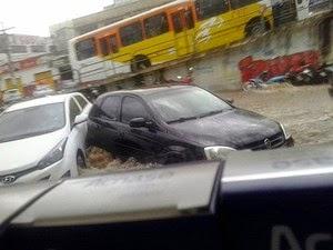 Carros foram arrastados na cidade (Foto: Anderson Oliveira/Blog do Anderson)