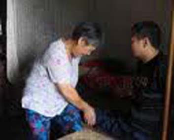 Cinta Sang Istri Gendong Suami Puluhan Tahun