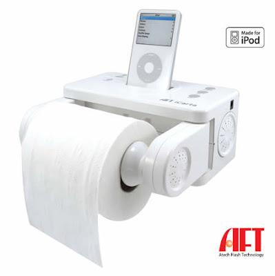 Cargador de iPhone y despachador de papel en el baño