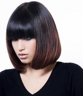 Corte de cabello con cerquillo o flequilo compacto, desfilado en las