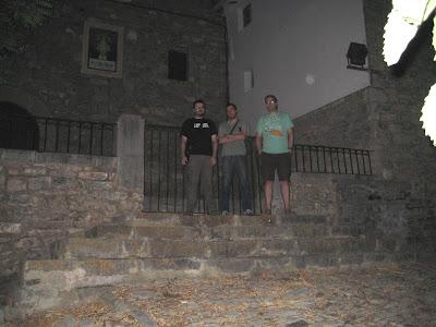 Piluh, Ito y Rober en el acceso a la ermita