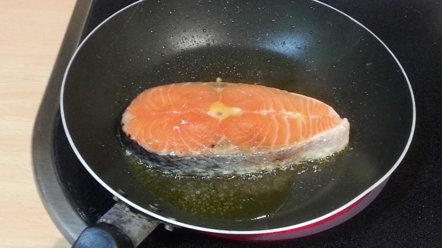 ¿Buscas una salsa diferente para aderezar salmón? Aquí tienes una a base de yogur y romero