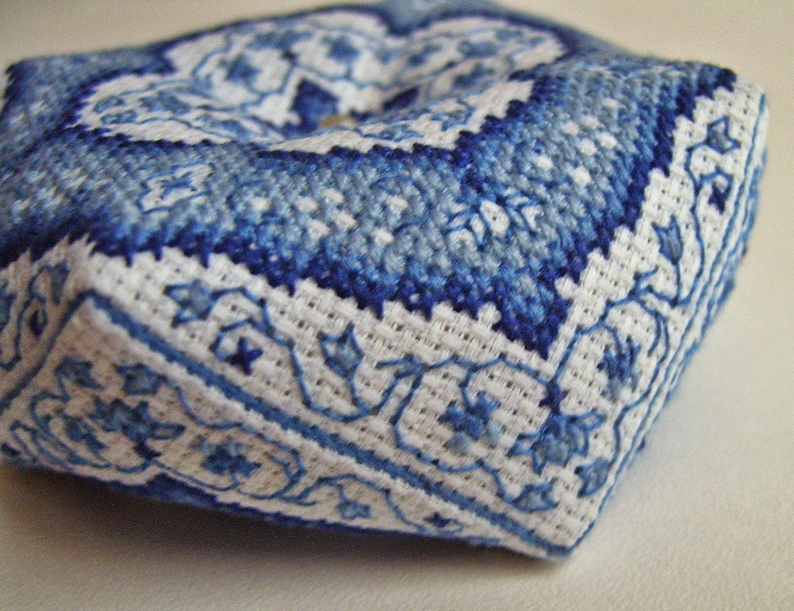Вышитая игольница-бискорню в синих тонах - детали