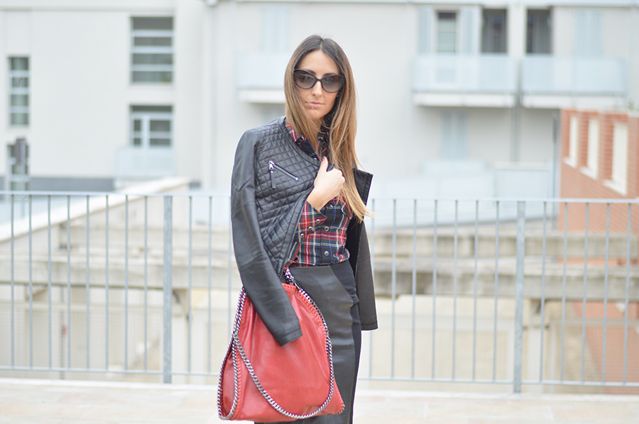 dr. martens boots, dr. martens outfit, dr. martens shoes, dr. martens fashion blogger, falabella stella mccartney three chains, falabella tre catene, stella mccartney falabella bag, leather skirt, black leather skirt