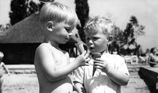 Niños comiendo conos de helado