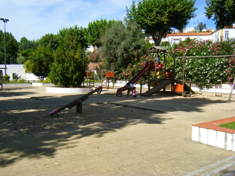 Parque infantil junto á praia fluvial de Constança