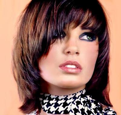 الشعر القصير يزيد من أنوثة المرأة سواء الشقراء أو السمراء