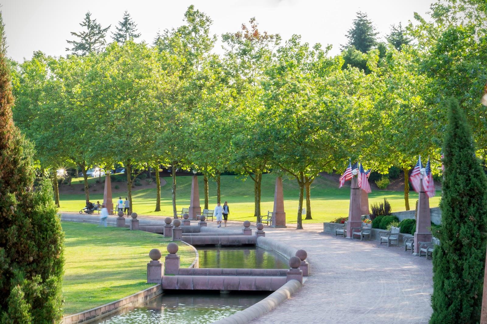 Парк не очень большой, но запомнился интересным фонтаном-каналом, который замыкается кольцом и ведёт вдоль прогулочной дорожки.