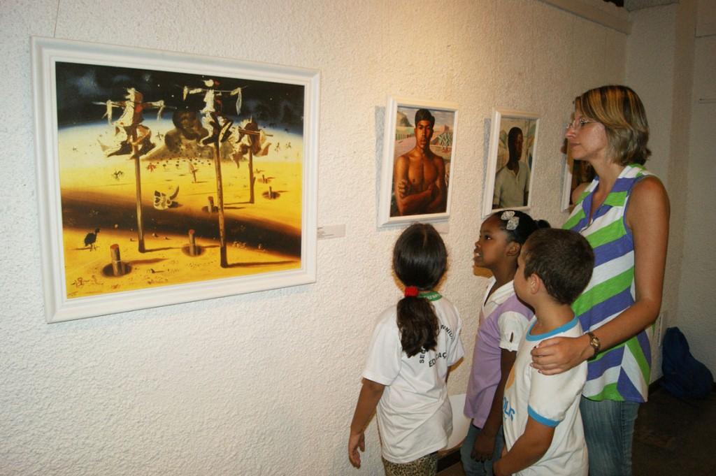 A professora Juliana Brito acompanha seus alunos na mostra de Portinari