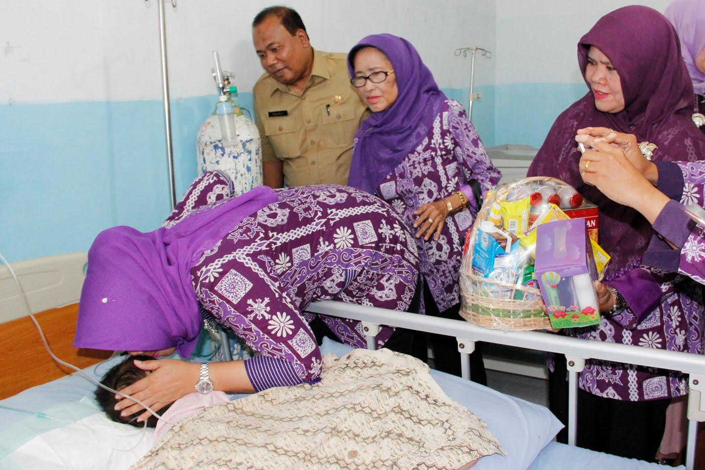 Evi Diana Ny Erry Nuradi Teteskan Air Mata Saat Besuk Azizah Pasien Penderita Gizi Buruk
