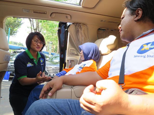 Dian Siswarini XL Berangkatkan 1000 Penjual Pulsa Pulang Kampung Gratis