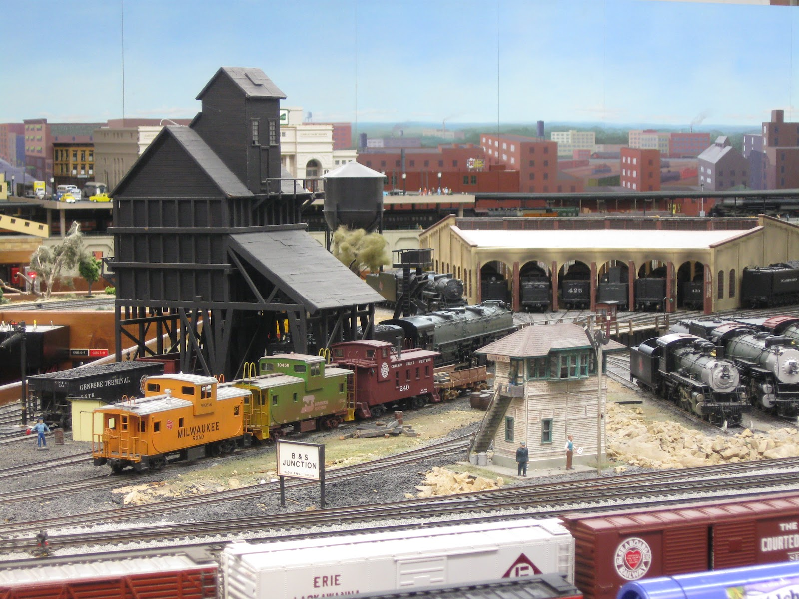 Video of the twin city model railroad museum a great o scale layout
