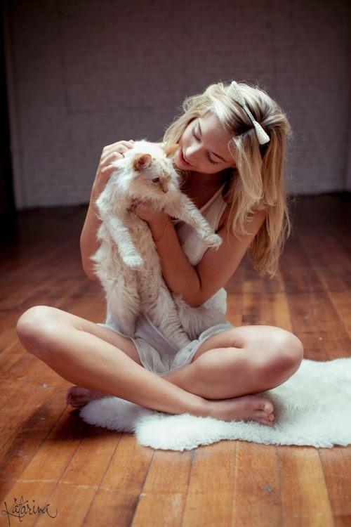 linda modelo Alexis Ren fotografada por Katarina Flickinger duas gatinhas