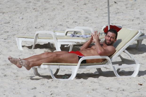 Henri Castelli toma banho de sol em uma espreguiçadeira