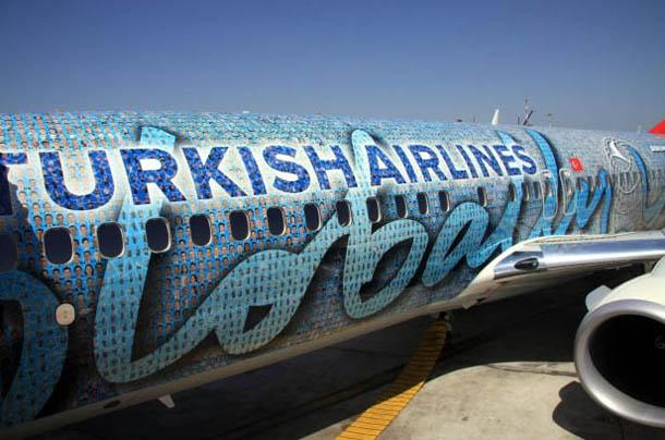 Avião boeing 737 da Turkish Airlines com as fotografias de 17000 funcionários