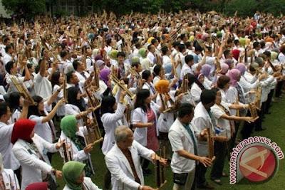 """Lebih dari 1000 Dokter memainkan angklung dalam rangka memecah rekor MURI """"1000 Dokter Bermain Angklung"""" di Rumah Sakit Hasan Sadikin (RSHS) Bandung, Jabar, Jumat (25/10). Pemecahan Rekor """"1000 Dokter Bermain Angklung"""" merupakan salah satu rangkaian kegiatan ulang tahun RSHS ke-90. Sekaligus sebagai salah satu bentuk pelestarian Angklung yang telah dikukuhkan oleh UNESCO sebagai warisan budaya dunia asli Indonesia"""