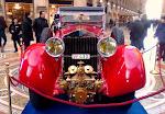 """Una """"ISOTTA FRASCHINI"""" tutta rossa è stata messa al centro dell'ottagono della Galleria a Milano"""