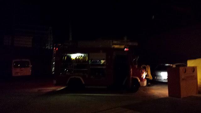uno de los vehiculos del parque de bomberos que han intervenido en las tareas de extincion